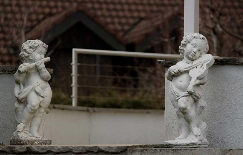 365 x Sempach Statuettes de petits musiciens dans un jardin
