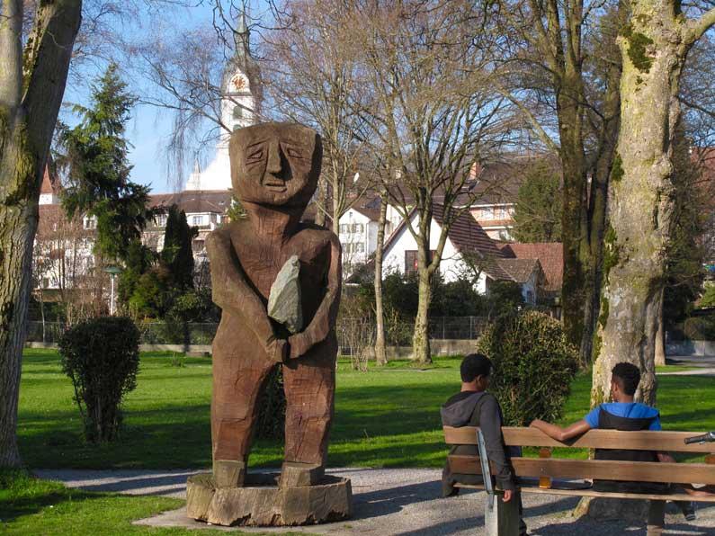 365 x Sempach Sculpture en bois devant la Salle des fêtes de Sempach