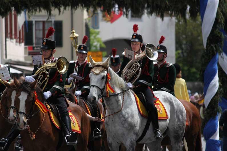 365 x Sempach Musicien à cheval dans le cortège de l'Ascension
