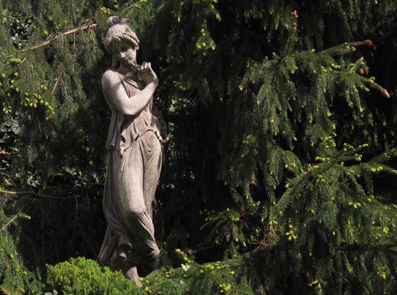 365 x Sempach Statue de femme dans un jardin au mois de mai