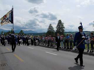 365 x Sempach Brass Band de Rickenbach en marche au bord du lac de Sempach