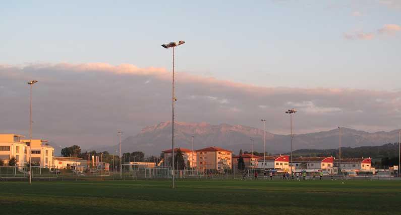 Partie de foot au soleil couchant
