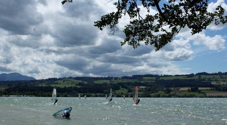 365 x Sempach Surfeurs sur le lac de Sempach par grand vent